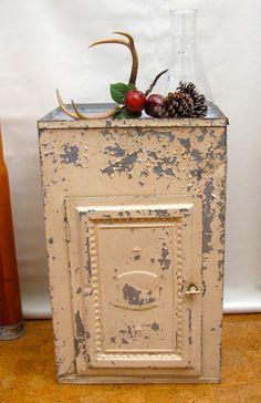 Vintage Pie Safe Primitive Furniture, Primitive Cabinets, Amish Furniture, Country Decor, Farmhouse Decor, Antique Pie Safe, Pressed Tin, Vintage Tins, Displaying Collections