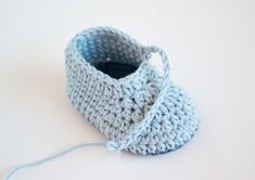 Today I will share with you a very simple crochet baby pattern for little baby shoes. Crochet Baby Boots, Crochet Baby Clothes, Crochet Shoes, Baby Booties Free Pattern, Baby Shoes Pattern, Baby Knitting Patterns, Baby Patterns, Crochet Patterns, Crochet Whale
