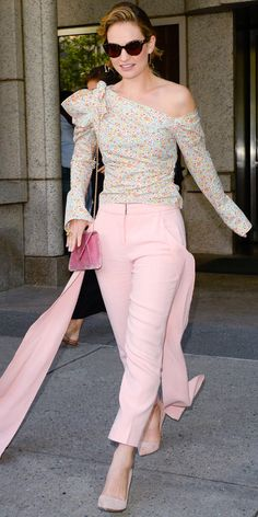 Lily James dons bizarre pink pants with floor-length streamers to promote Mamma Mia 2 in NYC - July 2018 Actress Lily James, Chic Outfits, Summer Outfits, Pink Pants, Celebrity Look, Cool Street Fashion, Red Carpet Looks, Fashion Show, Fashion Styles