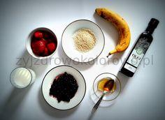 1 Mleko, jakie wam się zamarzy: krowie, kozie, ryżowe, jaglane (możecie też użyć jogurtu naturalnego, ale nie tego 0% tłuszczu i z mlekiem w proszku), 2 Jagody; 3 Truskawki; 4 Banan; 5 Miód najlepiej kupiony od dobrego pszczelarza; 6 Sezam; 7 Olej: lniany, rzepakowy, sezamowy, oliwa z oliwek, z wiesiołka (niektóre witaminy nie przyswoją się bez tłuszczu więc warto go dodać).  Wszystko wrzucacie do pojemnika, miksujecie i GOTOWE!