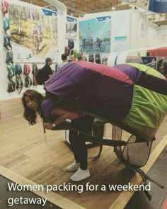 How a woman packs for a quick easy weekend away. Guys Vs Girls, Weekends Away, Daily Funny, Weekend Getaways, Baby Strollers, Cool Photos, Funny Pictures, Humor, Shit Happens