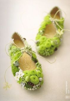 Green floral footware - Yukiko Wada These are definitely fairy shoes! Art Floral, Deco Floral, Floral Design, Fairy Shoes, Fleur Design, Flower Shoes, Flower Art, Ikebana, Shades Of Green
