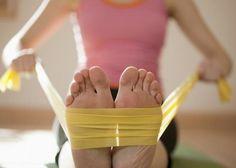 Här listar vi de bästa övningarna med träningsband för att du lugnt ska kunna träna hemma utan att behöva gå till gymmet.