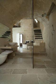 Magnifique salle de douche voutée, avec ses pierres claires apparentes, douche à l'italienne I Natural and mineral bathroom with walk-in shower I Corte San Pietro Hotel / Daniela Amoroso