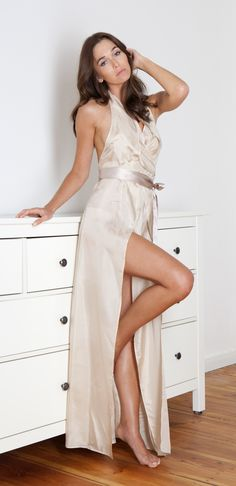 CAMMELLO MACULATO's neck-holder negligee Blossom is made from particularly light silk, is tied around the bustier, enhances a long leg and seduces with its low-cut back
