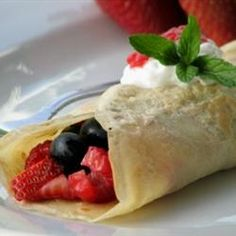 Make some crepes and have sweet (berries, whipped Crepes, Sunday Breakfast, Sunday Brunch, Reception Food, Crepe Recipes, Mothers Day Brunch, Best Food Ever, Relleno, Nutella