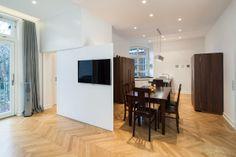 Wohnung T. - fehlende Wand-/Stellflächen im Wohnzimmer werden durch eine Schiebetür mit TV ersetzt - stkn architekten
