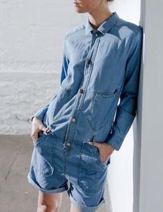 Avec sa coupe légèrement loose et sa dégaine de chemise en jean, cette combishort Polder a tout bon !