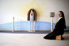 Schwester Michaela ist ausgebildete Krankenschwester, Heilmasseurin und Bademeisterin und auch den Führerschein hat sie gemacht. Seit 1994 ist sie Generaloberin der Marienschwestern vom Karmel. Mehr zur Seilerstätte: http://www.nachrichten.at/oberoesterreich/linz/Die-Linzer-Reeperbahn-ist-ein-Ort-der-Medizin-und-des-Glaubens;art66,1490598 (Bild: Weihbold)