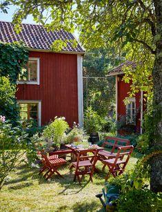 Gunnar Kaj var i många år Nobelfesternas blomsterkreatör. I sommarhuset i… Swedish Cottage, Red Cottage, Swedish House, Garden Cottage, Cottage Style, Home And Garden, Deco Champetre, Red Houses, Patio Interior