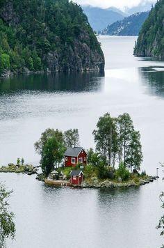 isla en los fiordos noruegos