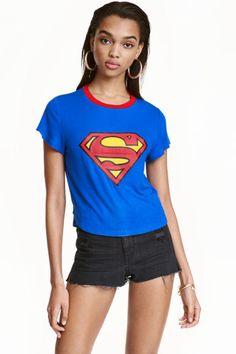 T-shirt court: T-shirt court avec impression devant.