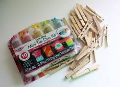 Two-Tone Tie-Dye Clothespins – Do it YourSelf Interior Design Dye Clothespins, Wooden Clothespins, Fun Crafts For Kids, Creative Crafts, Diy And Crafts, Clothespin Art, Tie Dye Kit, How To Tie Dye, Tie Dye Outfits