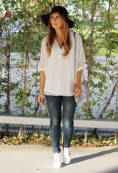 Casual Look. Look con sombrero. Look con Sneakers. Look con Blusa Plumeti. A trendy life. #casual #jeans #denim #plumeti #rebeccaminkoffbag #whiteblouse #plumetiblouse #hat  #asos #massimodutti #mango #rebeccaminkoff #adidas #outfit #fashionblogger #atrendylife www.atrendylifestyle.com