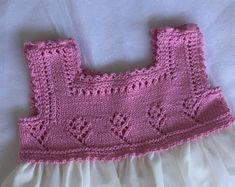Blog Abuela Encarna Crochet Yoke, Crochet Vest Pattern, Crochet Fabric, Free Pattern, Baby Girl Crochet, Crochet Baby Booties, Knitting For Kids, Baby Knitting, Toddler Dress
