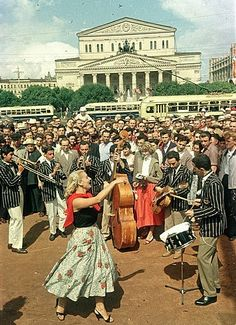 Imagen del Festival Mundial de la Juventud y los Estudiantes en 1957 en Moscú. Organizado por la FMJD, recibió a 34.000 asistentes de 131 países. /// Image taken at the World Festival of Youth and Students in 1957 in Moscow. It was organised by the WFDY and more than 34.000 young people from 131 countries attended the event.