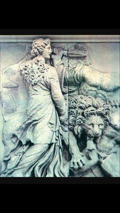 Η εποχή που αρχίζει από τον θάνατο του Μ.Αλεξάνδρου (323 π.Χ.) και τελειώνει με την κατάληψη της Αιγύπτου από τους Ρωμαίους (30 π.Χ.) ονομάζεται ελληνιστική. Η αυτοκρατορία που δημιουργήθηκε από τις κατακτήσεις του Μ.Αλεξάνδρου, αν και εφήμερη, διαμόρφωσε νέα οικονομικά, κοινωνικά και πολιτικά δεδομένα για τον Ελληνισμό. Μετά τον αιφνίδιο θάνατο του δημιουργού της κατακερματίστηκε σε μικρότερα βασίλεια λόγω των συνεχών συγκρούσεων των διαδόχων.