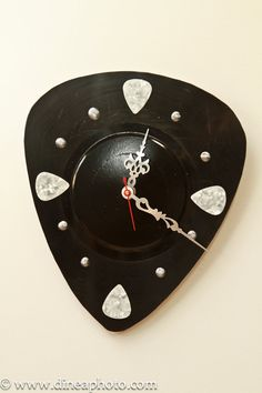 Guitar pick clock made by LaurelsArt from a recycled record.