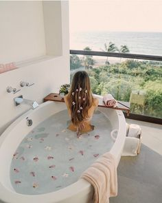 How dreamy is this bubble bath 🛁 with a view 🌿🌸. Who else is in serious need of some pampering? ✨ Take a dip into relaxation with some gorgeous bath inspiration for your pamper days! Design Studio, Ux Design, Jacuzzi, Jewel Candle, Entspannendes Bad, Dream Bath, Relaxing Bath, Milk Bath, Design Thinking