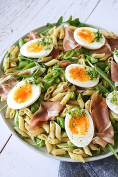 Pastasalat Med Pesto, Parmaskinke, Rucola Og Æg Healthy Dishes, Healthy Recipes, Healthy Food, Creamy Tomato Pasta, Gastritis Diet, Mediterranean Recipes, Pesto, Italian Recipes, Clean Eating