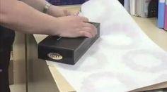 Vous avez besoin d'emballer un cadeau ?Mais vous ne savez pas trop comment faire un joli paquet ?Ne vous inquiétez pas, vous n'êtes pas le seul !Que ce soit pour Noël, un anniversair