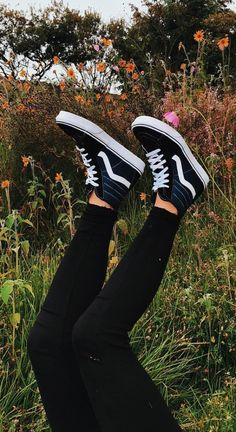 Check out these 22 different variations of super cute vans to copy! Looking for a new pair of vans but don't know what to get? Check out this list of 22 super cute vans to get inspiration for your next pair! Vans Shoes Fashion, Vans Shoes Outfit, High Top Vans Outfit, Vans Shoes Women, 80s Shoes, Girls Shoes, Vans Boots, Cute Vans, Herzogin Von Cambridge