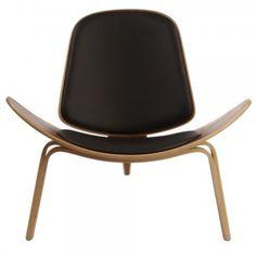 """Criada em 1963 pelo renomadíssimo designer dinamarquês Hans J. Wegner, a Shell Chair é até hoje um dos símbolos de como o design de mobiliário pode ser eternamente elegante e surpreendente. De uma leveza singular, a cadeira parece """"flutuar"""" devido a se ..."""