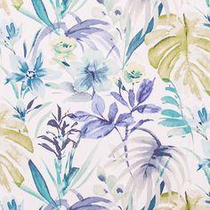 Folhas de palmeira e flores exóticas formam uma floresta tropical pelo fundo branco do algodão. Em tons de azul, verde e roxo - a combinação ideal para um ambiente tranquilo e harmonioso. Ideal para cortinas e estores, almofadas e artes manuais.