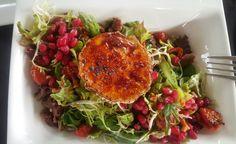 Caramalized goat cheese salad with pomgranate and dried tomatoes Goat Cheese Salad, Dried Tomatoes, Spaghetti, Ethnic Recipes, Travel, Food, Viajes, Essen, Destinations
