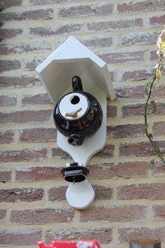 Teapot Birdhouse after an idea in Landleven:  http://www.landleven.nl/Natuur/Algemeen/2013/8/Oude-theepot-wordt-vogelhuis-1336180W/
