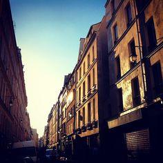 L'été pénètre les rues de Paris.