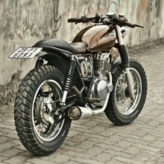 Go look at a couple of my favourite builds - specialty scrambler builds like this Suzuki Cafe Racer, Triumph Cafe Racer, Cafe Racer Bikes, Motorcycle Types, Scrambler Motorcycle, Bobber Motorcycle, Moto Bike, Ducati Scrambler, Vespa