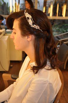 Victoria Ceridono com penteado torcido e tiara.