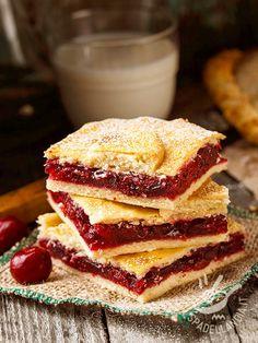 Crushed sweet cherries - Lo Scendiletto dolce alle visciole: due strati di friabile pasta che racchiudono una squisita farcitura alla frutta.