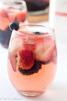 ベリー系のフルーツで、ほんのりピンク色のサングリア♪イチゴやラズベリーを使えば、甘酸っぱいデザートドリンクになります。 <材料> 大きめのデカンタ1本分 ● 白ワイン…1本(750ml) ● ブルーベリーウォッカ…2分の1カップ ● イチゴ…2分の1カップ ● ラズベリー、ブルーベリー、クランベリーなどお好きなベリー…3カップ ● ソーダ…2カップ <作りかた> 1)イチゴを半分にカットする 2)カットしたイチゴとベリー類をデカンタに入れる 3)白ワインとブルーベリーウォッカを入れ、よく混ぜる 4)冷蔵庫で冷やす 5)飲む直前にソーダをデカンタに注ぎ入れれば完成!