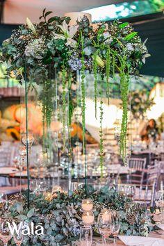 Una linda forma con elementos diferentes. Pantallas de cera. Candelabros con tealigths piezas en vidrio y lograr gran Iluminacion con mucha vela. Gran cantidad de flor y toque de Amarantho!!!