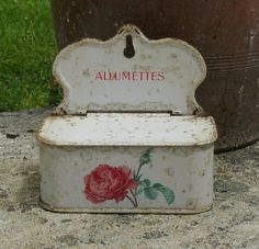 little box for holding matches Vintage Tins, Vintage Kitchen, French Vintage, Vintage Antiques, Kitsch, Salt Box, Vintage Enamelware, Tin Boxes, French Decor