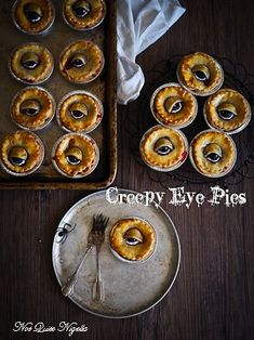 Horrifyingly Yum Halloween Dinner Recipes - Hike n Dip - - Make your Spooky Halloween Party food menu special with some scary but comforting Halloween dinner recipes. These Halloween Main Meals will be loved by all. Halloween Desserts, Halloween Cupcakes, Halloween Pie Recipe, Hallowen Food, Postres Halloween, Creepy Halloween Food, Spooky Food, Halloween Appetizers, Halloween Chocolate