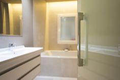 Ideas de #Baño, estilo #Contemporaneo color  #Blanco,  #Gris, diseñado por Global Projects  #CajonDeIdeas