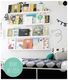 Deze kinderbibliotheek is een mooie manier om de fraaiste kinderboeken op te bergen en tentoon te stellen. Het lezen van kinderen wordt enorm gestimuleerd doordat ze de prenten steeds blijven zien. Na een tijdje wissel je de collectie. Do It Yourself : Je maakt deze kinderbibliotheek heel eenvoudig zelf door een aantal IKEA RIBBA lijst houders boven elkaar te bevestigen aan de muur. Boeken er op en klaar ben je!