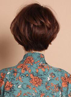 女性らしい丸み、小顔ひし形シルエット、トップのボリュームレイヤー、女性ショートの大人可愛い部分をしっかりだしたスタイルです!スタイリングも本当に簡単なのでオススメです。ポイントは前髪モデルは前髪を短くしていますが、その方の顔に合わせて似合わせる事が重要です。しっかり時間をかけてミリ単位でこだわります!基本的に頭の丸みとクセを利用して立体的にカットしますが、すごく直毛の方などは毛先ワンカールのパーマがオススメです。