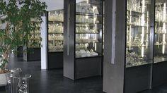 Glasiglas-Archiv neben der Zuschauertribüne.