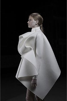 Obsessive Collectors is a publication that works as an Ongoing archive of things we like on design, photography, architecture, fashion, art. Geometric Fashion, 3d Fashion, Minimal Fashion, White Fashion, Fashion Details, Fashion Show, Fashion Design, Fashion Trends, Paper Fashion