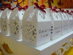 Caixinha de papel branco com faces  recortadas e/ou gravadas, para doces, lembrancinhas, decoração de mesas.  Este produto também pode ser usado como uma luminária se colocar vela de LED dentro ! Para papeis estampados, o custo unitário aumenta R$1,10. Para papeis perolizados, o custo unitário aumenta R$0,60. Acompanha fita de cetim e o envio padrão é por carta registrada (produto aberto). Sua montagem é muito simples, apenas por encaixe e não precisa de cola. Caso queira receber as PEÇAS… Silhouette Cameo, Silhouette Projects, Communion, Container, Gift Wrapping, Cool Stuff, Paper, Gifts, Cookies