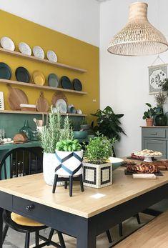 cuisine jaune moutarde et vert sauge Green Kitchen, Kitchen Dining, Kitchen Cabinets, Kitchen Interior, Interior Design Living Room, Küchen Design, House Design, Interior Decorating Styles, Decorating Websites