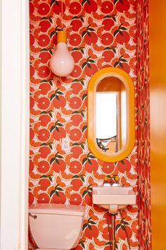 Bathroom Wallpaper, Print Wallpaper, Pattern Wallpaper, Interior Inspiration, Design Inspiration, Bathroom Inspiration, Creation Deco, Plush Carpet, Yellow Bathrooms