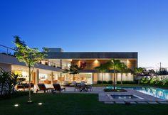 ao-anoitecer-a-casa-fg-projetada-pelo-escritorio-reinach-mendonca-arquitetos-associados-se-enche-de-luz-tanto-nos-interiores-quanto-na-fachada-e-nos-jardins-incluindo-a-piscina-1392151751037_1920x1318.jpg (1920×1318)