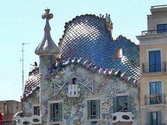 Mitten in Barcelona, an der edlen Shoppingmeile Passeig de Gracia, erhebt sich ein merkwürdiges Gebäude, die Casa Batlló.