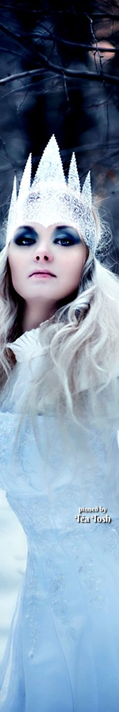 free project about cold Siberia and heroic Russian girls, wich done this photo - project . Snow Queen, Ice Queen, Snow Maiden, Ice Castles, Photo Projects, Silver Color, Crown, Snowflakes, Black And White