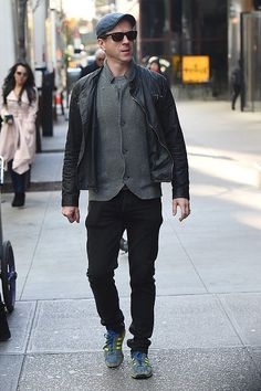 Fan Fun with Damian Lewis — damiansgal:   Damian on the set of Ocean's 8, NYC... Suits And Sneakers, Jeans And Sneakers, Hot Ginger Men, Damian Lewis, Hardy Amies, Expensive Clothes, Tailored Suits, Stylish Men, Style Inspiration